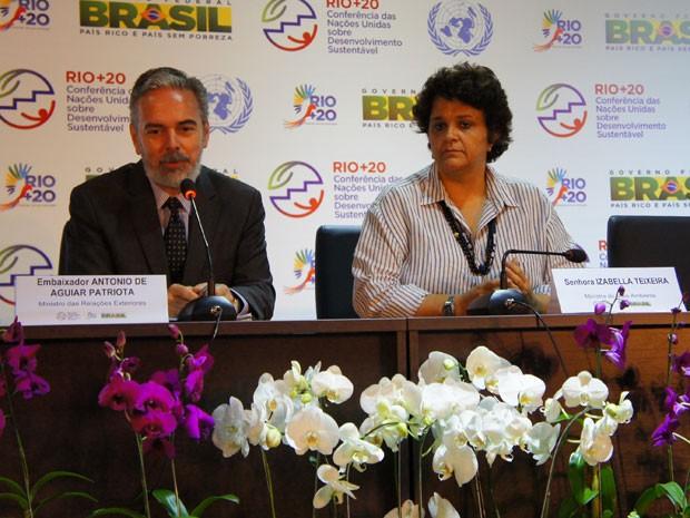 O chanceler brasileiro, Antônio Patriota, e a ministra do Meio Ambiente, Izabella Teixeira, durante coletiva nesta terça-feira (12) no Riocentro. (Foto: Glauco Araújo/G1)