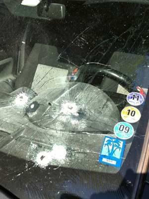 Carro foi atingido por disparos de policiais militares (Foto: Letícia Macedo/G1)