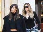 Mesmo com look comportado, Kim Kardashian deixa barriga à mostra
