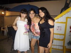 Gisela (esquerda) com a mãe e a irmã mais velha (Foto: Arquivo Pessoal)