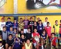 Nilton doa material esportivo para crianças em escolinha de São Paulo
