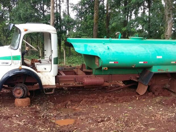 Segundo os sem-terra, veículos e equipamentos foram abandonados na área de invasão. Já a Araupel aponta que só pode retirar os maquinários com ajuda de escolta policial (Foto: Araupel / Divulgação)