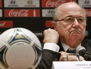 Blatter durante coletiva da Fifa em Moscou (Foto: Reuters)