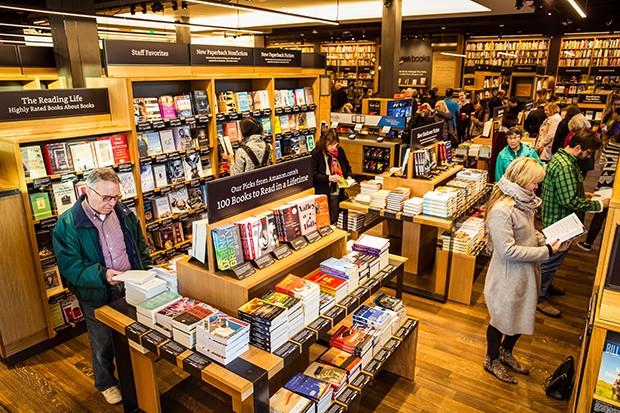 PIONEIRA Loja de Seattle, aberta em 2015: livros ficam virados para os consumidores, como no site da Amazon (Foto: Stephen Brashear/Getty Images))