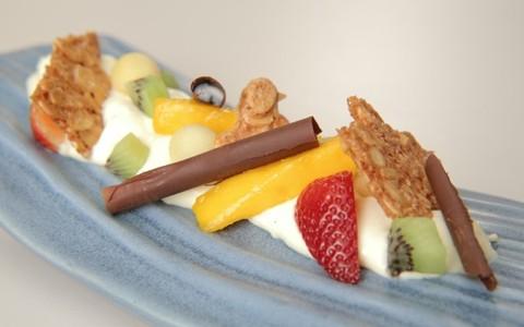 Salada de frutas em compressa flambada de cachaça