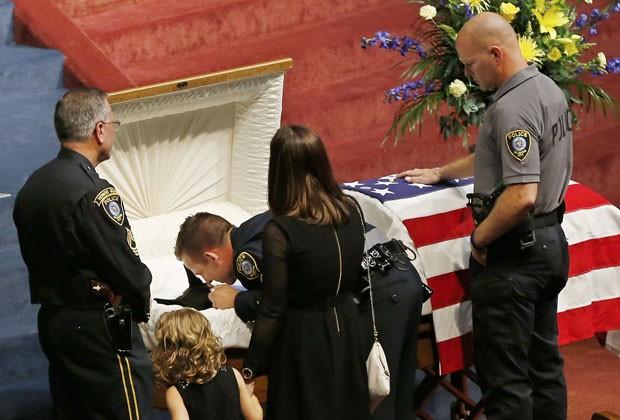 O policial Ryan Stark homenageia o cachorro Kye durante seu funeral nos EUA. Animal era da polícia de Oklahoma (Foto: Sue Ogrocki/AP)