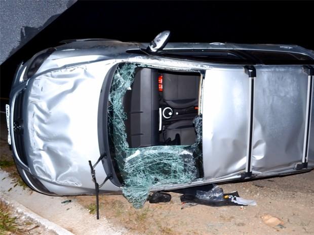 Carro capotou após bater em boi em Itajubá (Foto: Luciano Lopes)