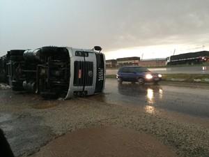 Caminhão tombou com a força do vento em Ponta Grossa (Foto: Fernanda Egg Maia/Arquivo pessoal)
