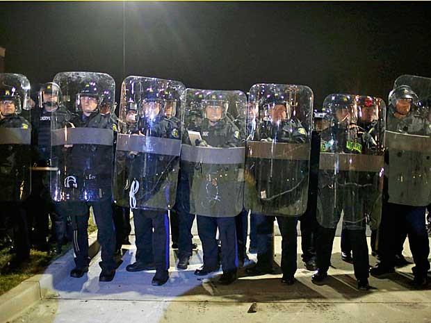 Tropa de choque protege o Departamento de Polícia de Ferguson, no Missouri. (Foto: Adrees Latif / Reuters)