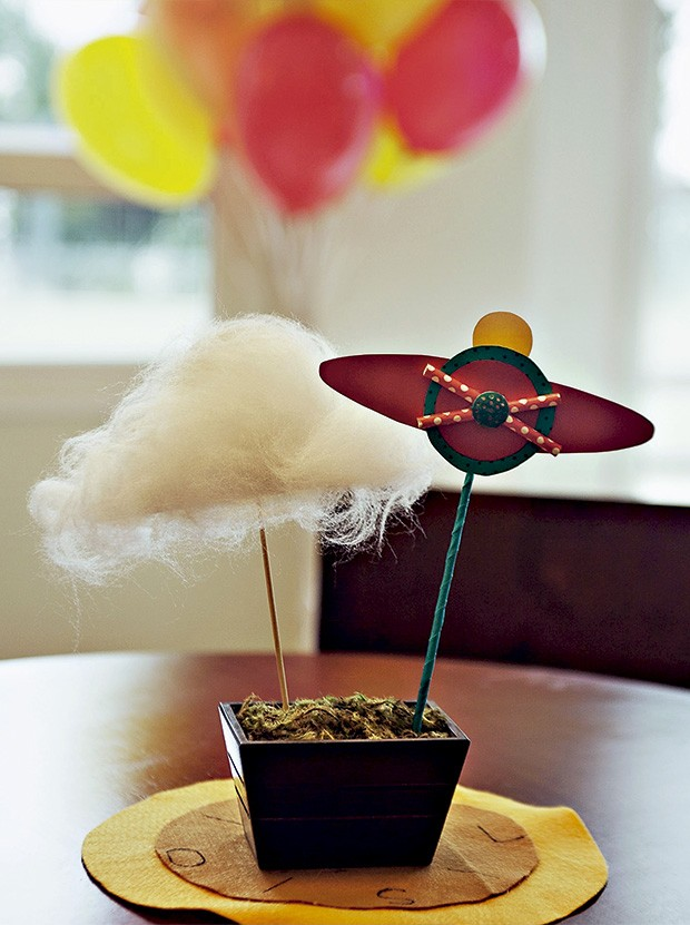No lugar de flores, os cachepots ganharam arranjos de nuvens e aviõezinhos feitos de papel e tecido, com hélice de canudinho, da Poá Festas & Craft (Foto: Sandra Pagano/Editora Globo)
