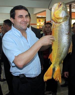 Federico Franco segura dourado durante inauguração de um mercado em Limpio, no sábado. (Foto: Jorge Romero/AFP)