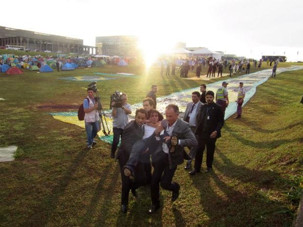 Manifestante é detido pela Polícia Legislativa após tentar invadir Congresso Nacional, em Brasília (Foto: Alexandre Bastos/G1)
