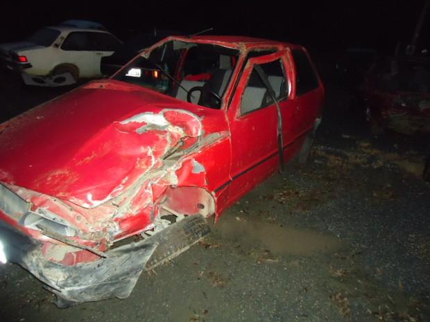 Motorista foi jogado para fora do carro (Foto: PMRv/Divulgação)