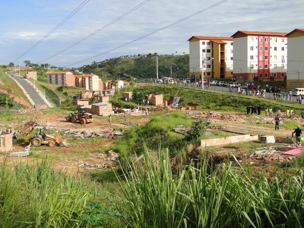 Tratores ajudaram a derrubar alguns barracos no terreno (Foto: Pedro Triginelli/G1)