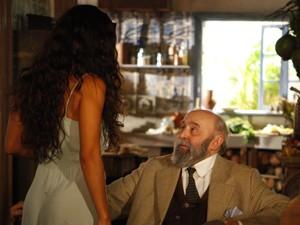 Manoel das Onças corteja a cozinheira (Foto: Gabriela / TV Globo)