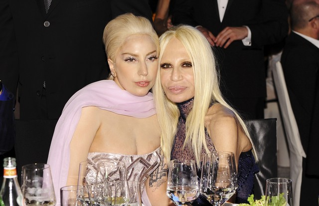 Lady Gaga e Donatella Versace (Foto: Getty Images/Dimitrios Kambouris)