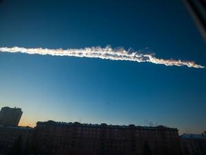 Trilha de um meteorito é visto em Chelyabinsk, na Rússia, nesta sexta (15). O meteorito se desintegrou numa enorme onda de choque explosão, que quebrou vidros e deixou quase mil feridos, segundo as autoridades (Foto: AP/Chelyabinsk.ru)