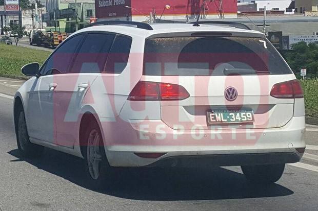 Flagramos a nova picape da Volkswagen sendo testada com carroceria de Golf Variant (Foto: Cleiton Narezi / Autoesporte)