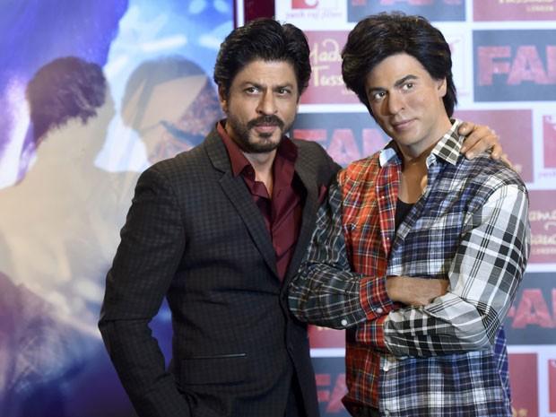 O astro de Bollywood Shah Rukh Khan (à esquerda) posa ao lado de sua estátua de cera no museu Madame Tussauds em Londres (Foto: Hannah McKay/Reuters)