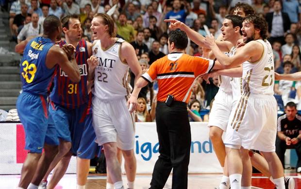 confusão basquete real madrid x barcelona (Foto: EFE)