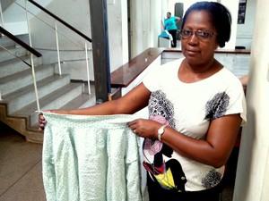 A carcereira Durvalina Xavier mostra camisa usada por presa em Piracicaba (Foto: Leon Botão/G1)