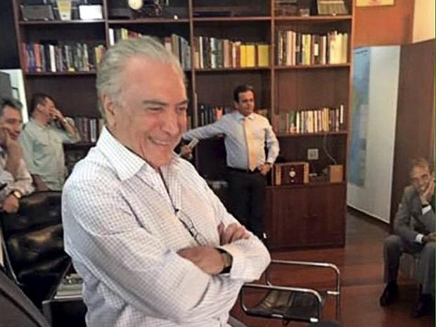 O vice-presidente Michel Temer (PMDB) assiste a votação do processo de impeachment no Palácio do Jaburu, sua residência oficial em Brasília (Foto: Divulgação/Reuters)