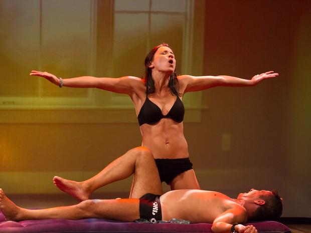Juliana Knust fica de lingerie no palco (Foto: Alex Nunes/Divulgação)