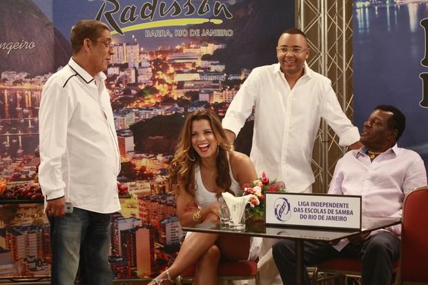Zeca Pagodinho, Renata Santos, Dudu Nobre e Almir Guineto na gravação do programa Samba de Primeira (Foto: Isac Luz / EGO)