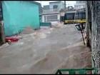 Chuva 'transforma rua em rio' e atinge van escolar na Zona Leste de SP