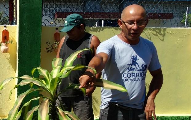 Coordenador do projeto Mudança, Manoel Santana, deu suporte ao trabalho de revitalização da lixeira viciada (Foto: Onofre Martins/Rede Amazônica)