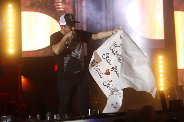 Jorge ganha cartaz em show (Foto: Celso Tavares/EGO)