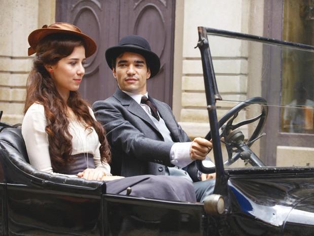 Laura nem imagina o que Fernando está planejando, quando aceita carona (Foto: Lado a Lado/TV Globo)