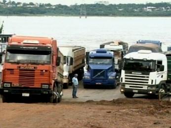 Depois de 27 dias parada, balsa que cruza o Rio Paraná em Guaíra volta a operar (Foto: Reprodução / RPC TV)