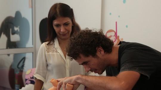 Felipe Andreoli faz curso para pais de primeira viagem e manda recadinho para Rafa Brites