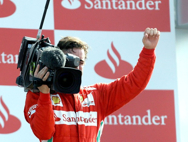 Alonso com c&#226;mera no p&#243;dio GP da It&#225;lia  (Foto: AP)