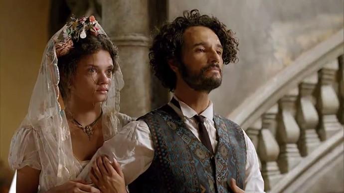 Afrânio entra em casa com Leonor e avisa à mãe que ela é sua esposa (Foto: TV Globo)