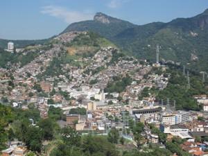 Foto no alto do Morro do Zinco, com o Morro do Fallet e da Coroa no fundo (Foto: Janaína Carvalho/G1)