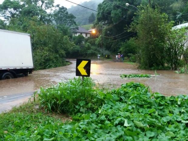 Alagamento no km 161 da BR 116 em Caxias do Sul (Foto: Ricardo Martins/Divulgação PRF)