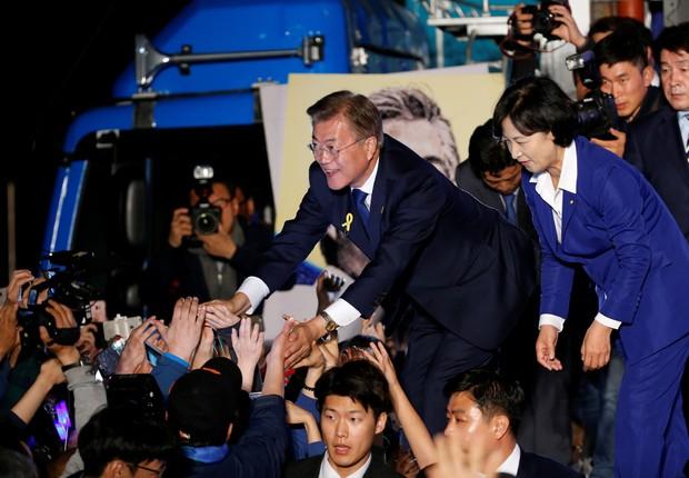 Moon Jae-in celebra vitória nas eleições da Coreia do Sul (Foto: Kim Kyunghoon/Reuters)