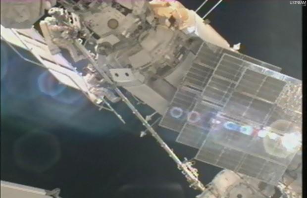 Padalka e Malenchenko durante a caminhada espacial (Foto: Nasa TV/UStream/Reprodução)