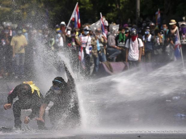 Polícia lança canhão de água contra manifestantes antigoverno em Bangcoc (Foto: Vincent Thian/AP)