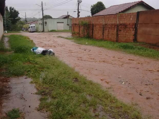 Rua do Jardim Ouro Verde ficou alagada após chuva (Foto: Maria Massouka/Arquivo Pessoal)