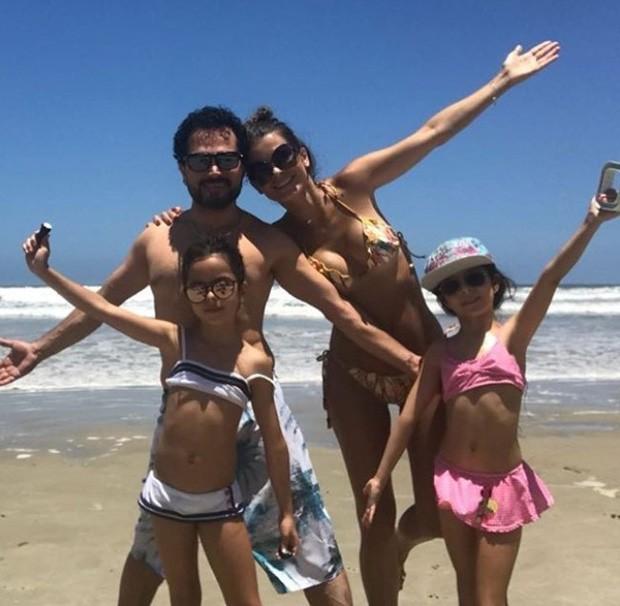Luciano Camargo com a mulher, Flávia Camargo, e as filhas, Helena e Isabella (Foto: Reprodução/Instagram)