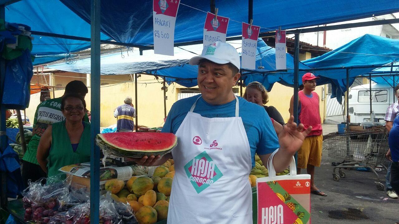 Humorista Márcio Garcia, diverte feirantes, na ação de lançamento de Haja Coração, em Manaus (Foto: Gisa Almeida/Rede Amazônica)