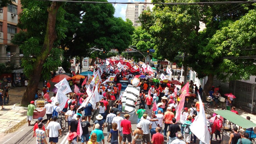 Manifestantes contra as reformas trabalhista e da previdência fazem passeata em Belém (Foto: Arthur Sobral / G1)