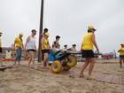 Deficientes ganham cadeiras anfíbias e chance de surfar no litoral do RS