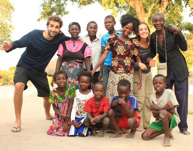 Felipe e Gabriele no vilarejo de Chintandu, na Zâmbia, com uma familia local. (Foto: Think Twice/Divulgação)