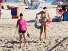 Letícia Birkheuer curte dia de sol em praia do Rio
