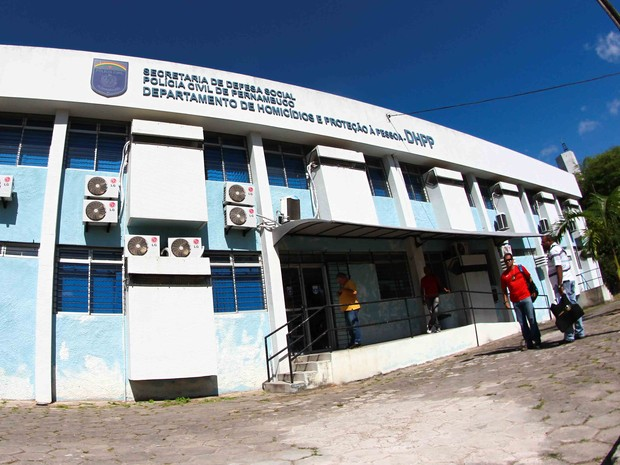 Terceiro homem envolvido na agressão foi levado ao Departamento de Homicídios e Proteção à Pessoa (DHPP), no bairro do Cordeiro (Foto: Marlon Costa/Pernambuco Press)