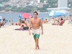 Felipe Dylon chama atenção por barriga positiva no Rio